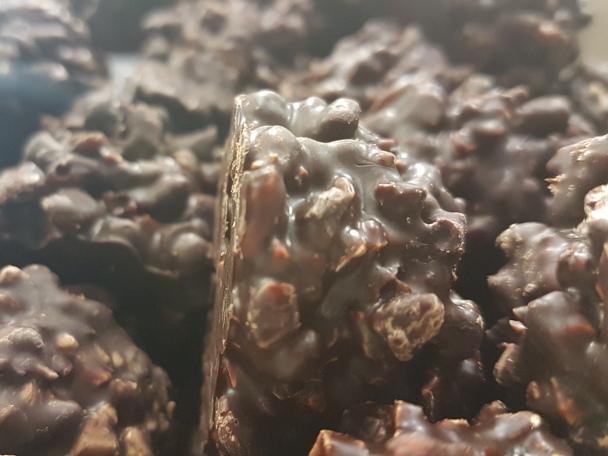 Rocas chocolate puro, arroz y almendra.